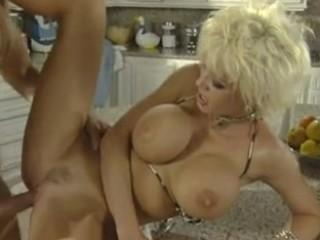 Une blonde au gros seins baise dans la cuisine