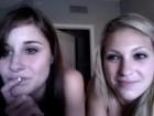 Deux copines se foutent à poil dans leur chambre
