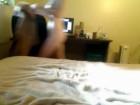 Avec des glaçons, elle s'amuse à faire durcir ses tétons !