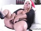 La mère Noël adore se dilater la moule après la tournée de cadeaux