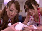 Deux infirmières japonaises vérifient si sa queue fonctionne